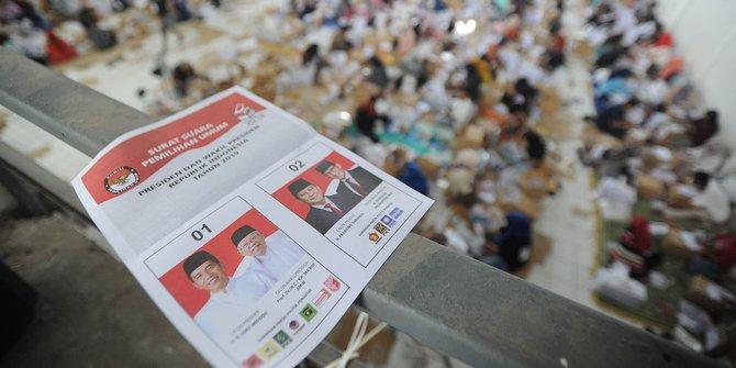 Tertangkap Kamera, Teroris Demokrasi Coblos-coblosin Kertas Suara Secara Sembunyi