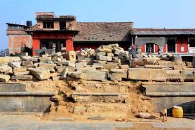 Nepal Bungamati 街の中心の寺院倒壊。