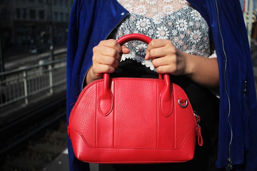rote tasche blaue jacke