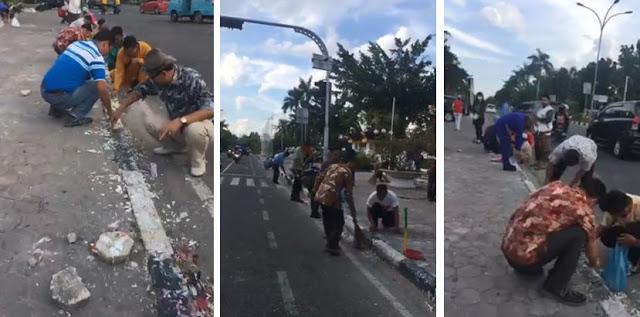 Umat Islam Gotong Royong Bersihkan Trotoar dari Kerak Lilin Bekas Aksi Pendukung Ahok