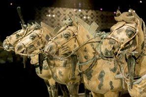 www.fertilmente.com.br - Além de cavalaria, o exército também contava com carruagens de batalha e uma carruagem toda em Bronze, acredita-se, que para o Imperador