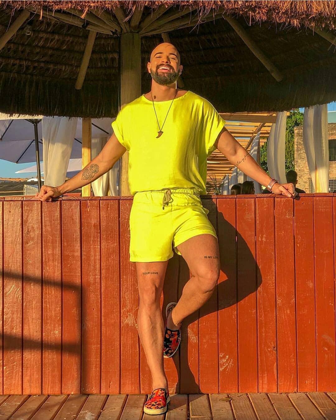look masculino neon verao para o carnaval 2019 na praia