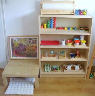 Estanteria de materiales y actividades Montessori bien organizada