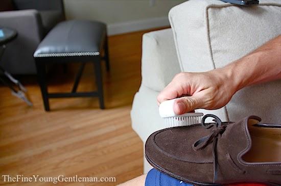 Pastikan sepatu yang berbahan suede anda dalam keadaan kering b. Bersihkan  debu dan kotoran yang menempel dengan sikat yang halus c. Gosoklah sepatu. 0f44c4b1ce