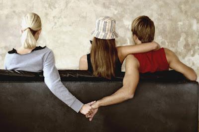 Dấu hiệu chồng ngoại tình không hề khó nhận ra
