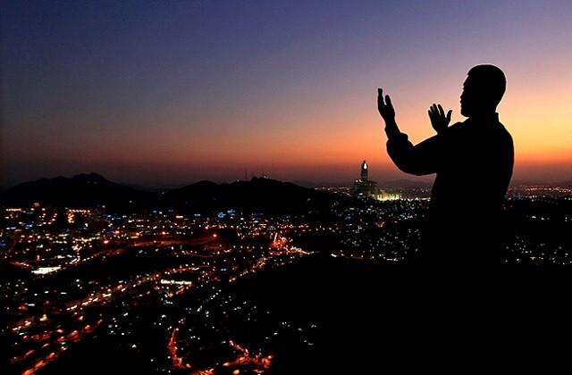 berdoa diatas bukit dekat makkah