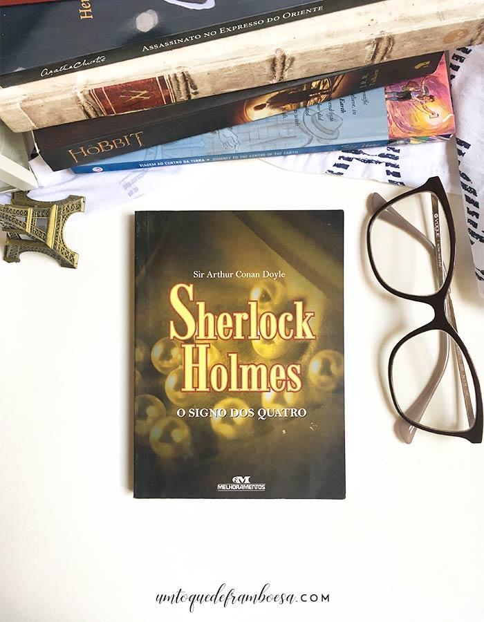 Livro O signo dos Quatro, um dos casos do famoso detetive Sherlock Holmes