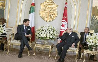 تونس: زار رئيس الوزراء الإيطالي ومجموعة من كبار الوزراء يوم الثلاثاء تونس ، وهي شريك استراتيجي واقتصادي تشمل اهتماماته المشتركة الهجرة وجارة ليبيا غير المستقرة في شمال إفريقيا.