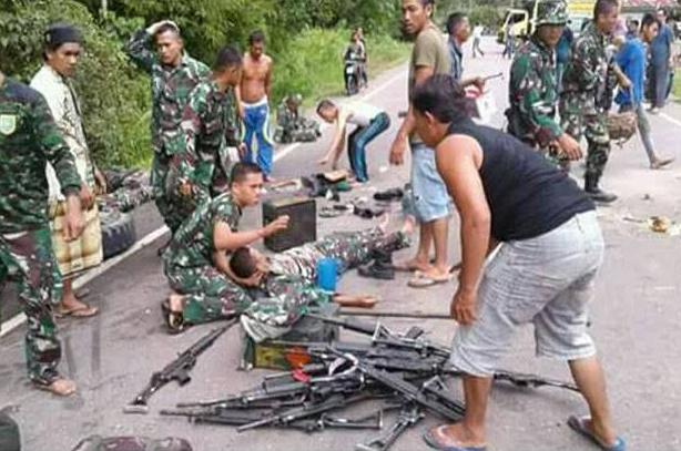 Di Aceh Singkil Truk TNI Terbalik, Puluhan Senapan Serbu Berhamburan di Jalan