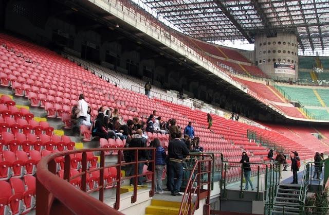 Visitantes no estádio San Siro em Milão