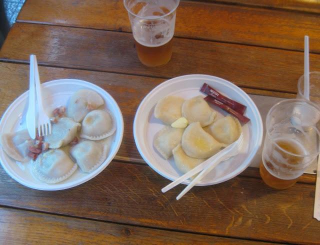 Polnisches Abendessen: Pierogi, gefüllte Teigtaschen und Bier