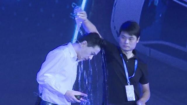 بالفيديو : شخص مجهول يسكب الماء على مدير محرك البحث الصينى المشهور Baidu خلال مؤتمر