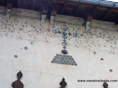 Cruz con incrustaciones de porcelana en la Parroquia de San Diego de Alcalá en Quiroga, Michoacán