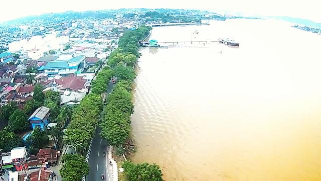 Asiknya Terbangkan Drone di Taman Tepian Kota Samarinda