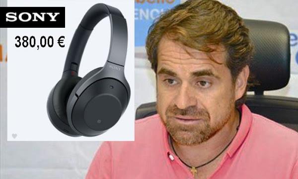 Rafael Lacava mostrando sus nuevos audífonos de 380 euros (83 millones de Bs)