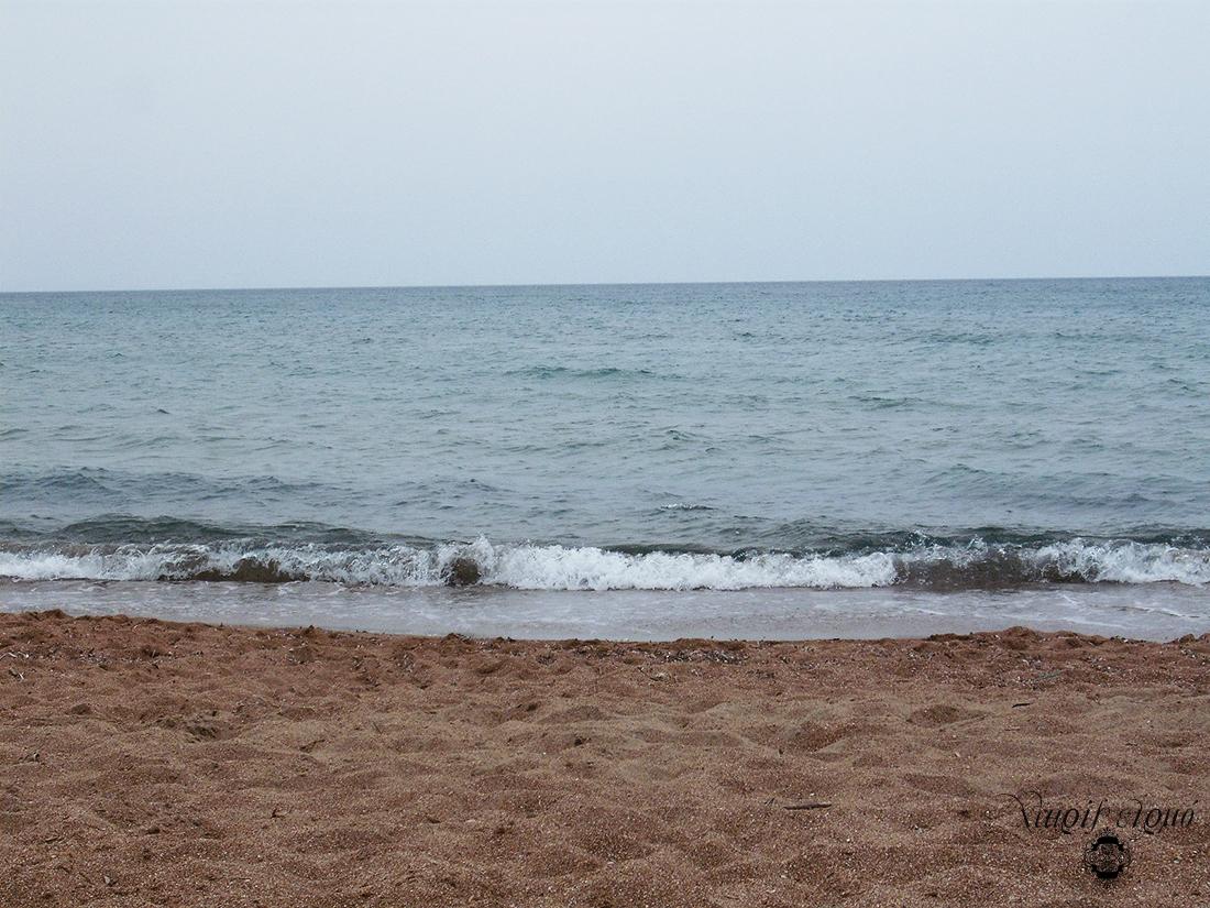 Η αμμουδιά και η θάλασσα του Ιονίου