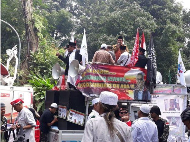 Di dalam gedung, pendukung Buni Yani memenuhi ruang sidang, di luar gedung mereka melangsungkan unjuk rasa..