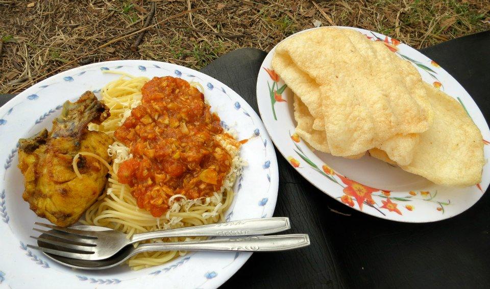 Spaghetti, ayam goreng dan krupuk udang, makan siang di Danau Segara Anak, Gunung Rinjani