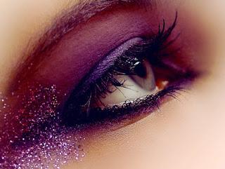 Maquillaje de ojos con glitter rosa y morado para la noche