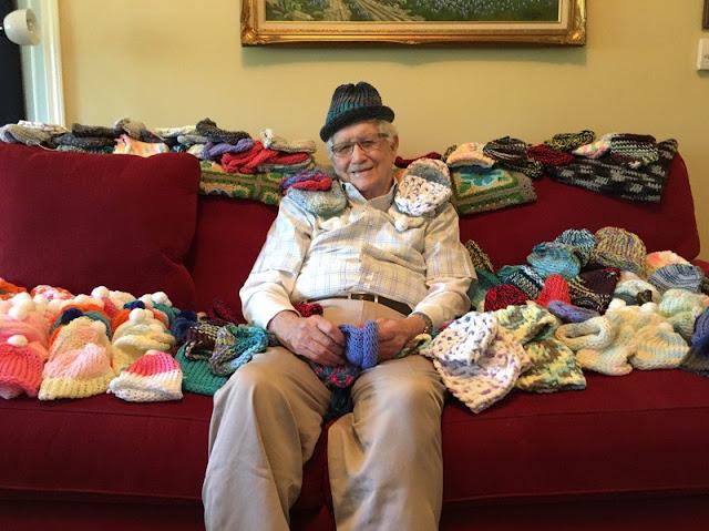 Senhor de 86 anos passa o dia tricotando para recém-nascidos