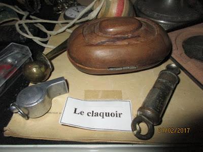 Les outils du maître : claquoir et sifflets (collection musée)