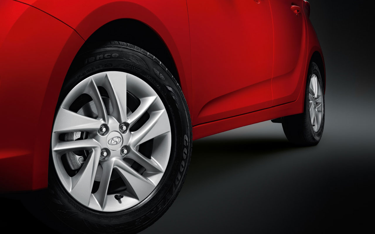 As rodas de 15 polegadas em liga-leva tem função estética e dinâmica. São  de série na versão Premium. Já o Hyundai HB 20 Comfort Style tem rodas de  14