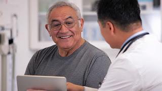 hombre maduro conversando con médico