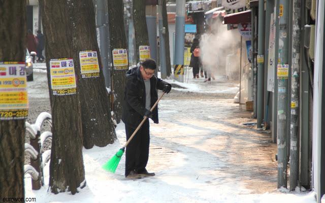 Coreano barriendo nieve en Seúl