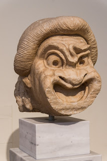 https://upload.wikimedia.org/wikipedia/commons/0/09/New_comedy_first_slave_theatre_mask_NAMA3373_Athens_Greece.jpg