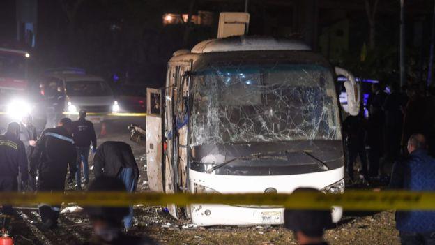مصرع 4 وإصابة 12 آخرين بتفجير حافلة سياحية في منطقة الهرم بمصر