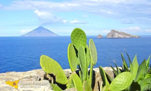 Aussicht von Panarea auf den Vulkan Stromboli