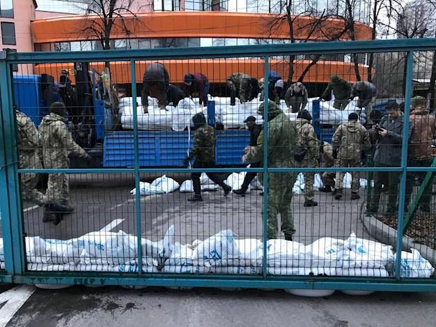 У Києві люди в балаклавах заблокували телеканал Євгена Мураєва