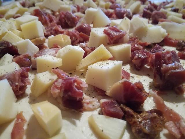 Farcitura con formaggi e salumi misti per tortano napoletano