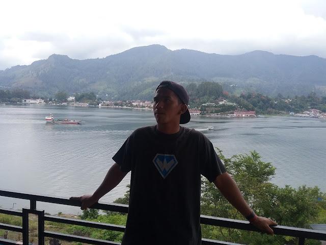 Salah seorang wisatawan menikmati Keindahan Danau Toba dari Huta Jambu kecamatan Ajibata Kabuoaten Toba Samosir