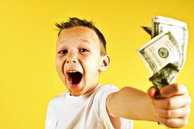 Çocuğa para ile ilgili bir şeyler öğretmemeniz, paranın değerini bilmeden harcamasına sebep olacaktır.