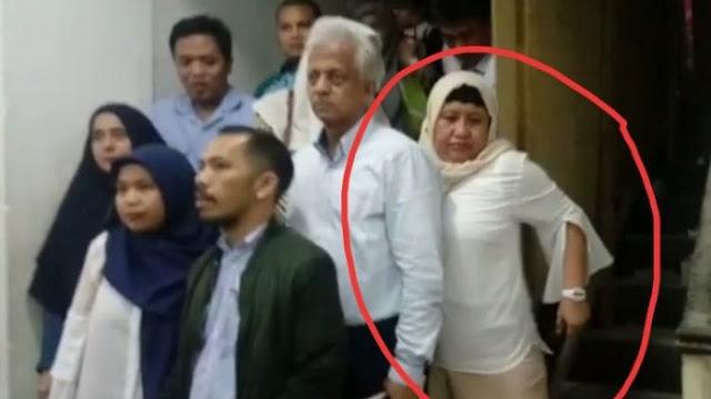 Eiiiittttttt Takuttttt....Nanik S Deyang Hampir Jatuh & Kabur Dari Kejaran Wartawan