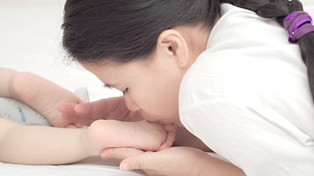 Mother Kissing Baby Feet HD Wallpapers Free Download