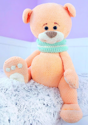 Amigurumi teddy bear with big paws and scarf