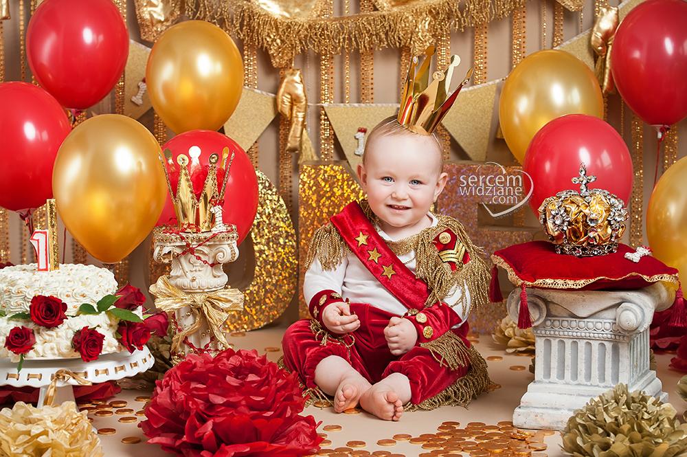 sesja na pierwsze urodziny, sesje cake smash z bawieniem się w torcie, zdjęcia z okazji pierwszych urodzin, kolorowe stylizacja na sesję urodzinową, pierwsze urodziny-stylizowana sesja zdjęciowa,