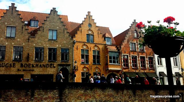 Passeio às margens de um canal de Bruges