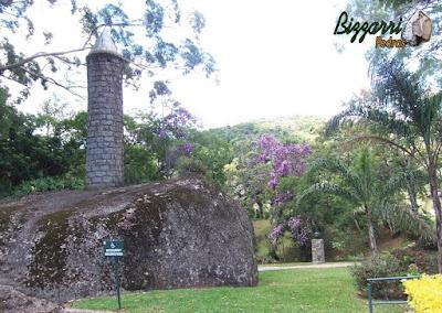Construção de torre de pedra com pedra folheta em área de lazer em condomínio em Atibaia-SP.