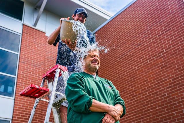 """""""Ice Bucket Challenge"""" dio resultados para atender la ELA"""