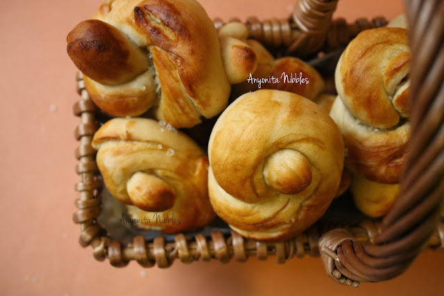 A basket of beautiful sea salted pretzels knots from www.anyonita-nibbles.com