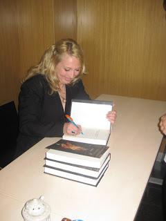 Claudia Bürk - Firmando sus libros