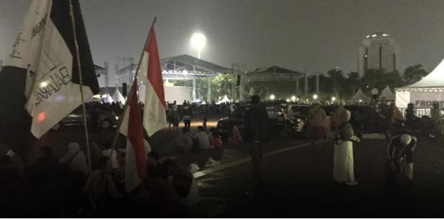 Reuni 212, Monas Mulai Ramai, Bendera Tauhid Aneka Warna Menjamur