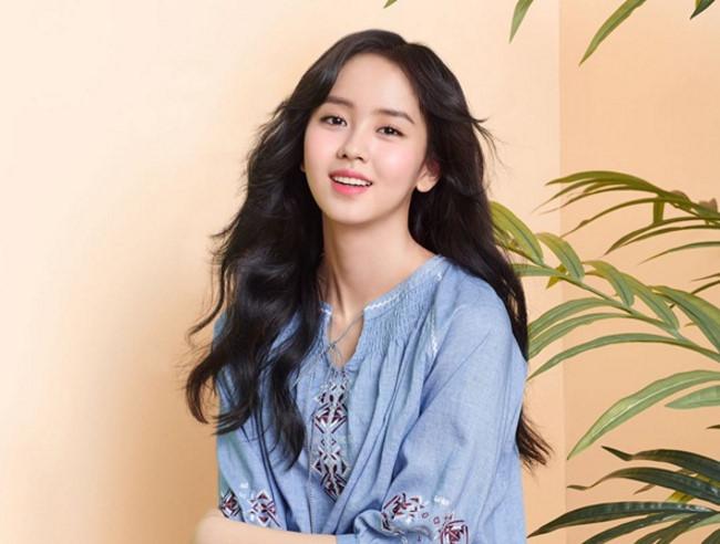 Sao Hàn 18/4: Suzy mặc áo thủng lỗ chỗ, Kim So Hyun khoe vẻ ngọt ngào