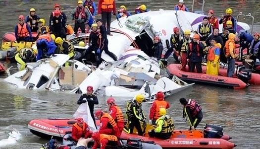 Rescatan bebé en avión que se estrelló en Taiwán
