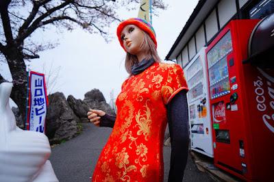 「秋吉台カルスト展望台」にチャイナ服の看板娘がいました