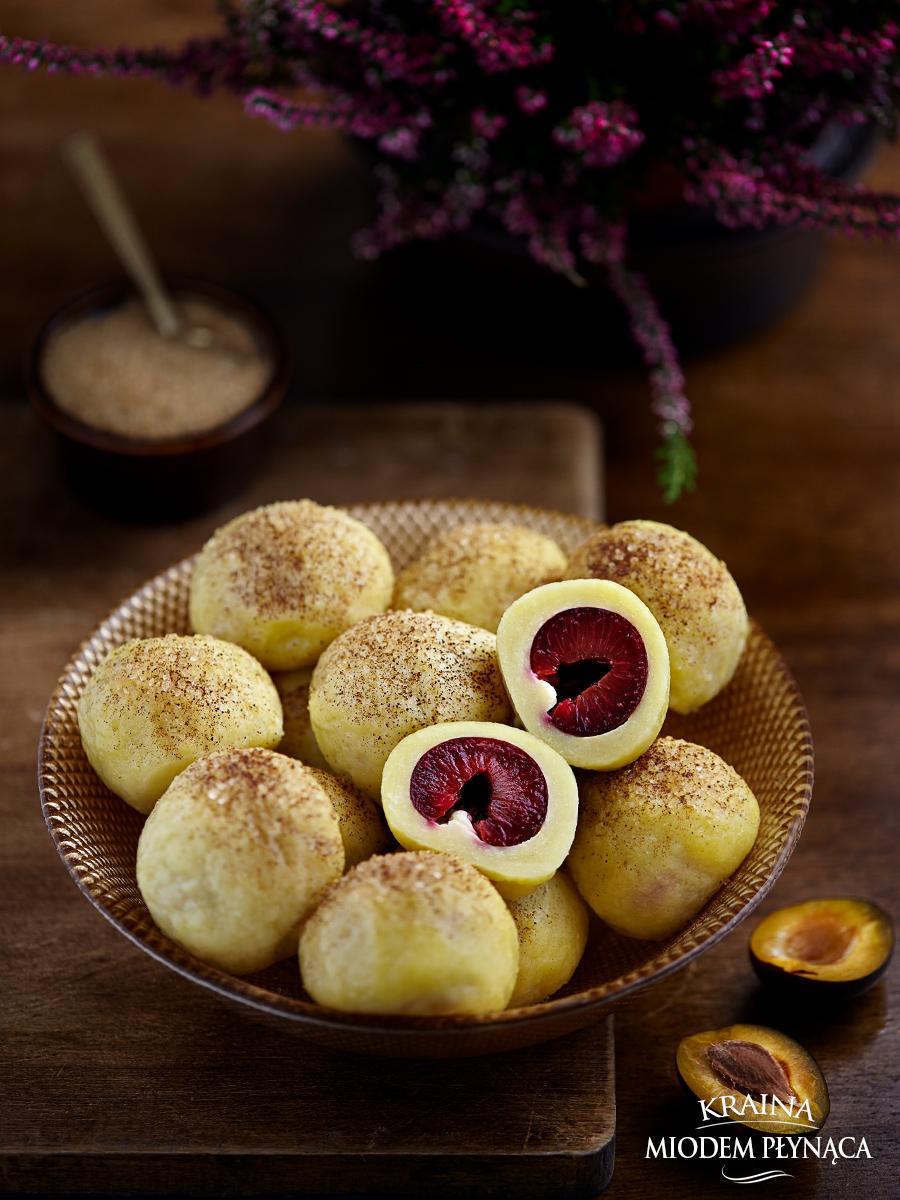 knedle ze śliwkami, ziemniaczane knedle, knedle z owocami, jak zrobić knedle, ciasto na knedle, knedle, kraina miodem płynąca