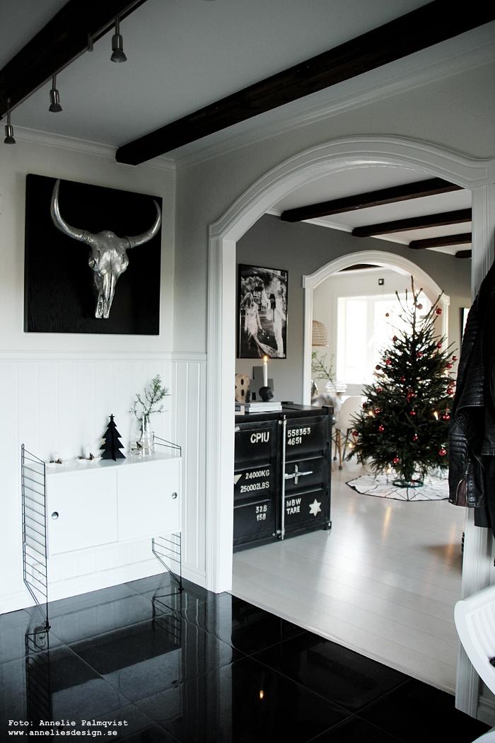 annelies design, webbutik, gran, granar, Oohh, dekoration, julgran, julen 2017, julafton, svart och vitt, svartvit, hall, hallen, stringbyrå,